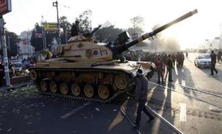 egypt army deploys tanks near presidential palace 5 killed