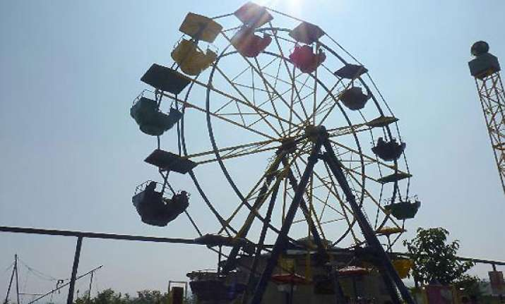 air hostess falls off giant wheel dies