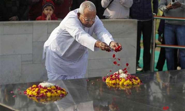 anna visits rajghat ahead of his day long fast on lokpal