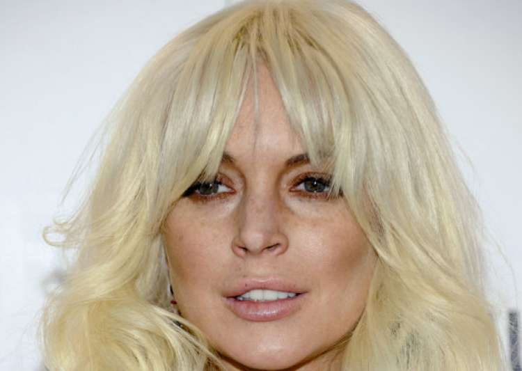 lindsay lohan to guest host snl- India Tv