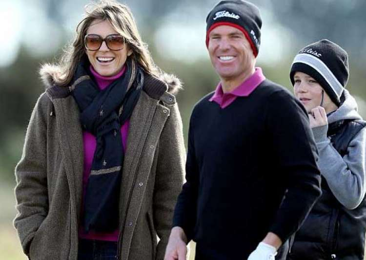 shane warne elizabeth hurley kiss on golf course- India Tv