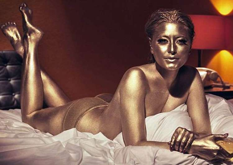 holly valance recreates james bond goldfinger pose- India Tv