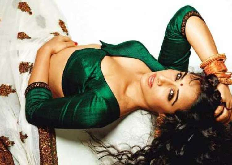 vidya wears skimpy clothes smokes to play silk smitha role- India Tv