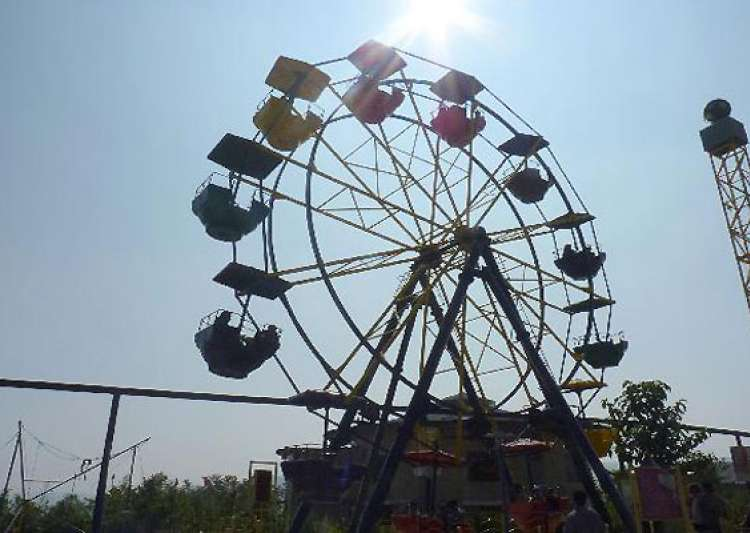air hostess falls off giant wheel dies- India Tv
