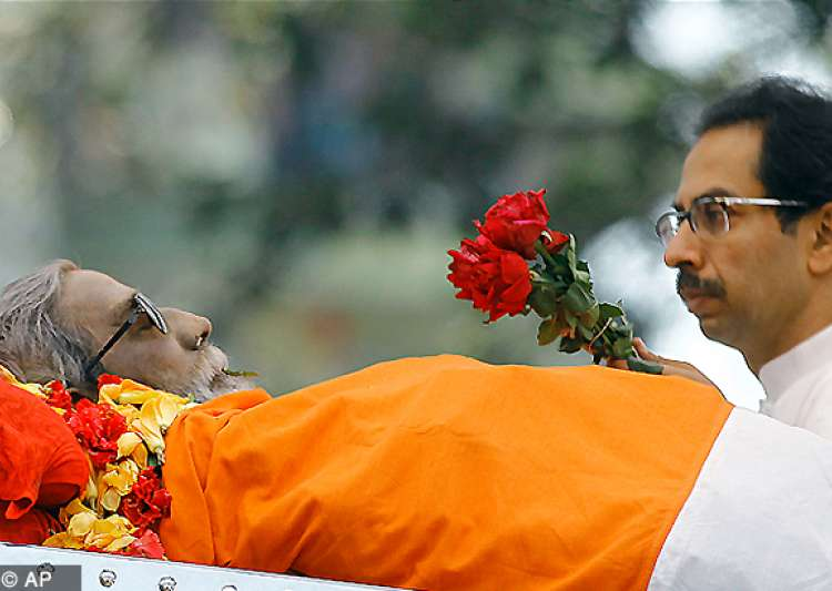 bal thackeray cremated with state honours amidst sea of- India Tv