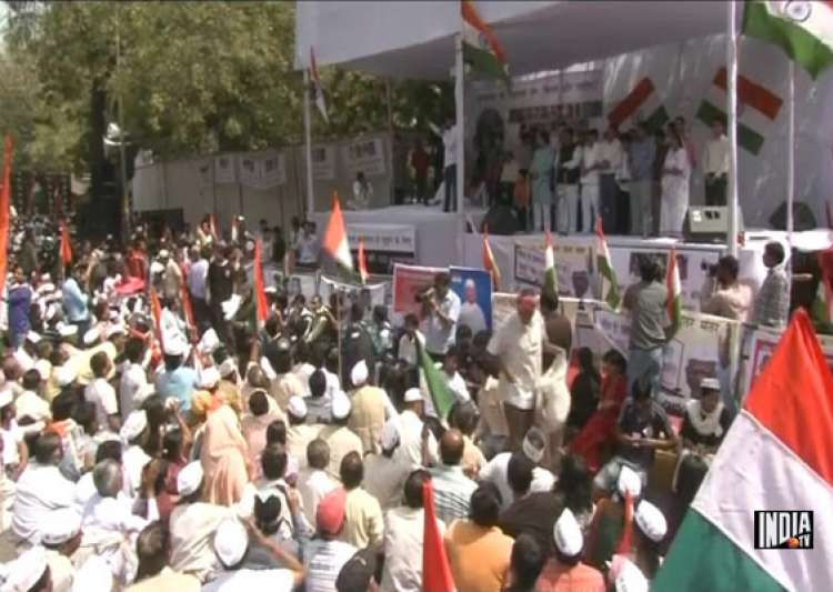 passions run high at hazare s protest site- India Tv