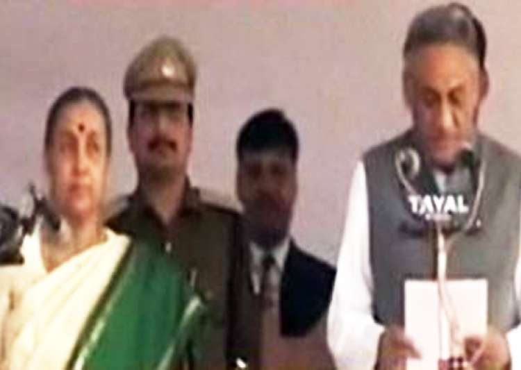 vijay bahuguna sworn in as uttarakhand cm amid revolt in congress- India Tv