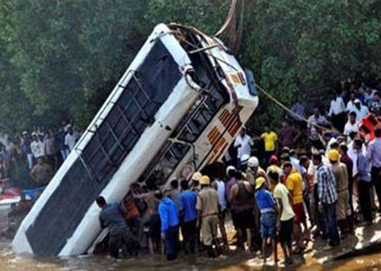 essay on road accident in bangladesh A glimpse of the traffic insanity in dhaka, bangladesh essay: traffic insanity in dhaka, bangladesh their rage against the bus driver after an accident.