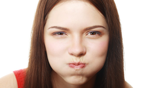 Say goodbye to puffy face with these 6 useful tricks!