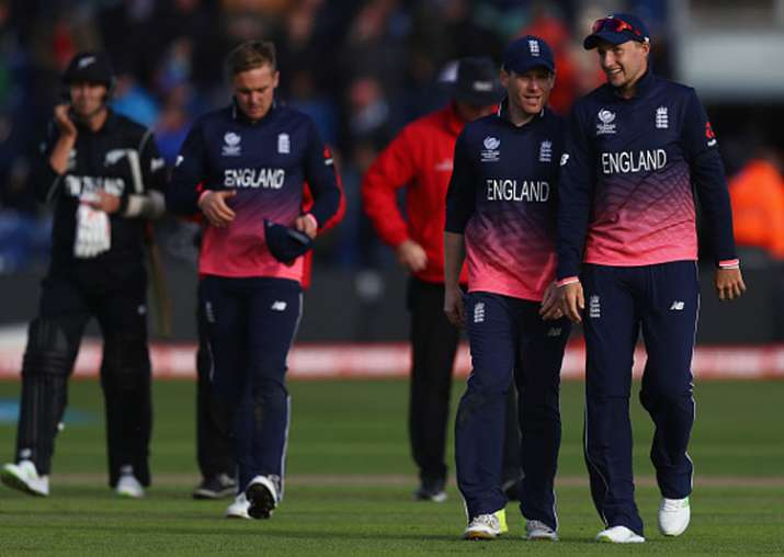 Eoin Morgan speaks to Joe Root during England's match vs