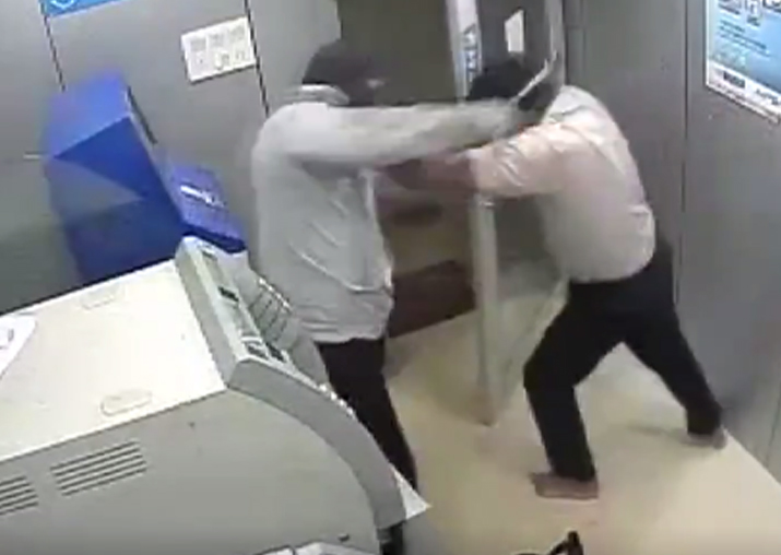 Video Hit by hammer many times security guard of an ATM