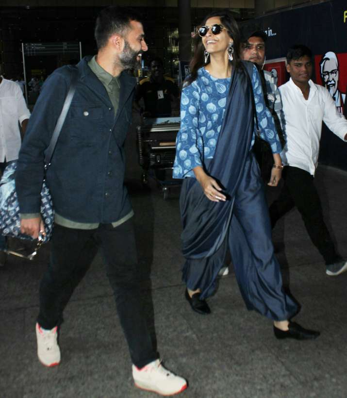 India Tv - Anand Ahuja photobombed girlfriend Sonam Kapoor in a hilarious manner