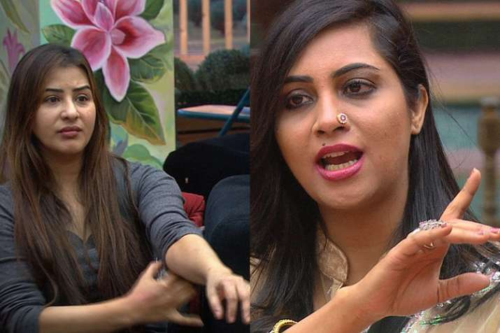 Hina puts chilli powder in Bandagi's eyes