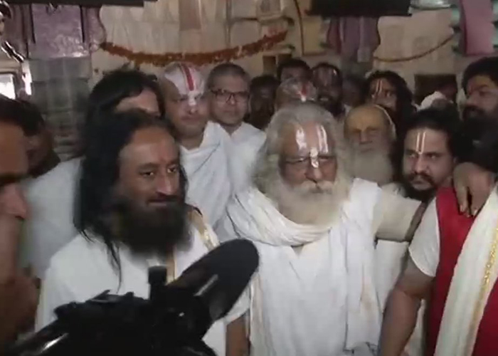 Sri Sri sees 'positive signs' in Ayodhya