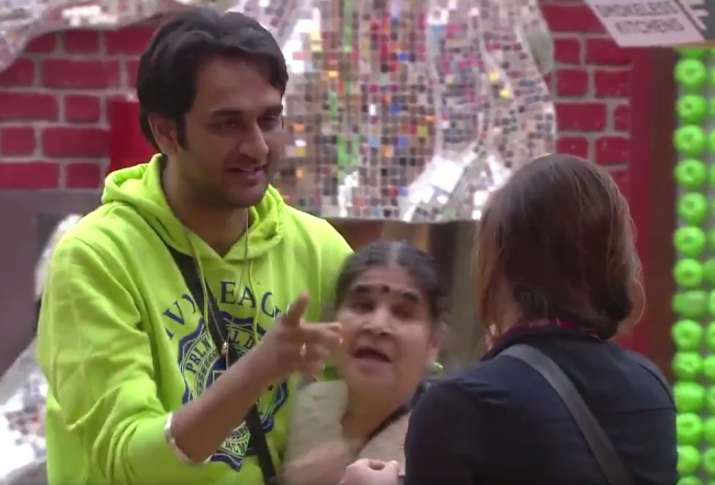 Bigg Boss 11 Adorable moment! Vikas Gupta hugs Shilpa Shinde's mother. Watch video