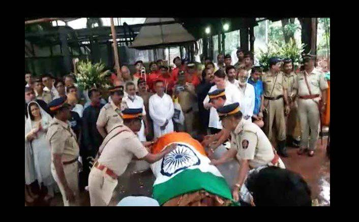 India Tv - Mumbai police honoured Shashi Kapoor by wrapping him in the tricolour and hosted a salute ceremony