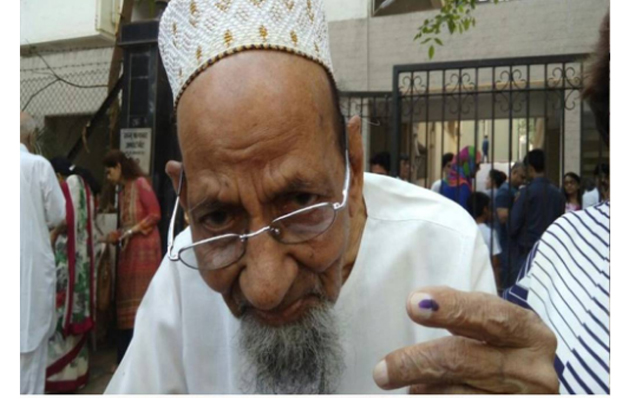 India Tv - 101-year-old Mohamad Husen Master cast vote at Cuffe Parade