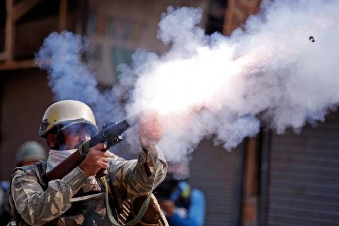India TV - Pellet guns make comeback in Valley to combat stone pelters