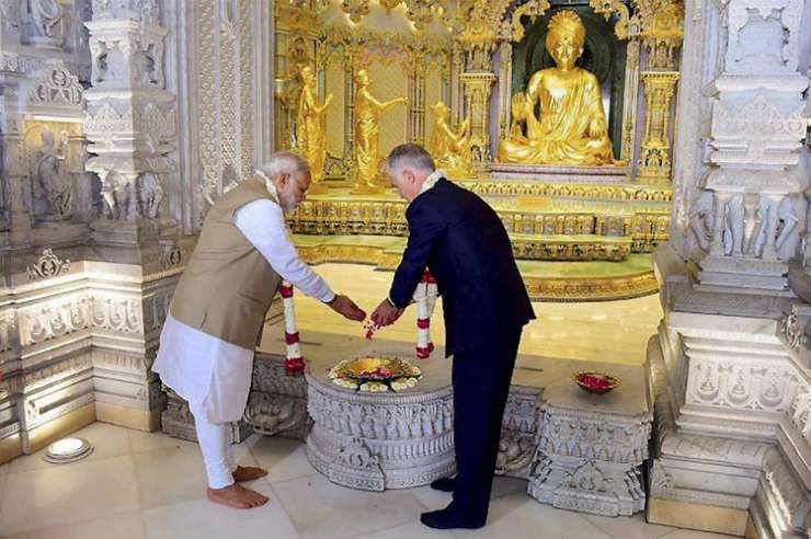 India Tv - Modi and Turnbull offering prayers to Lord Swaminarayan at the Akshardham Temple