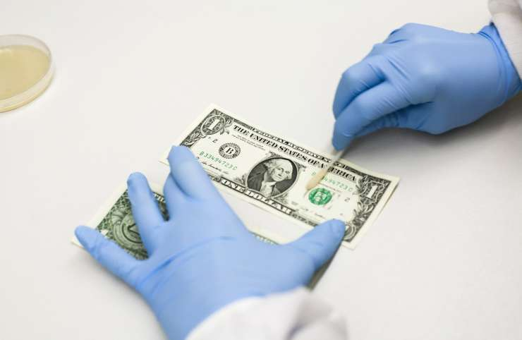 Bacteria that cause food-borne illness have been found on currency notes