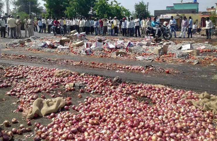 India TV - Farmers throwing onions and other vegetables on the road during their state-wide