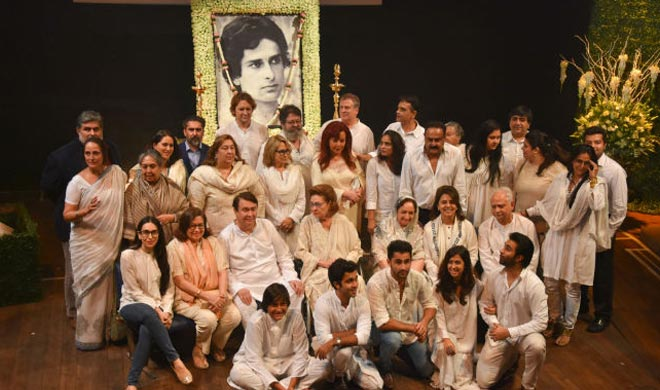 Shashi Kapoor's family and his friends from the industry attended his prayer meet.