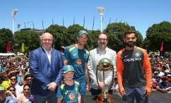 Tim Paine and Virat Kohli posing with Border-Gavaskar
