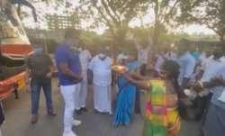 Sonu Sood arranges buses to send 200 idli vendors back home to Tamil Nadu