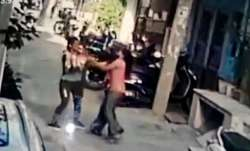 Woman mobile snatcher, who attacked and robbed mobile from
