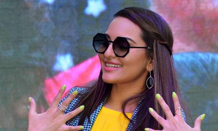 sonakshi sinha flaunting her nails