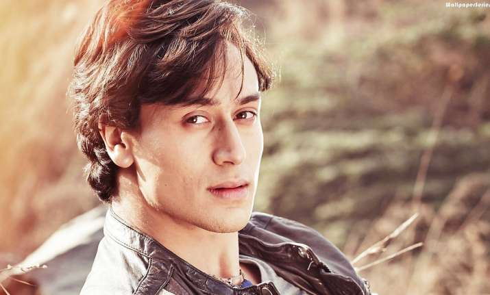 Tiger Shroff Travels In Local Train Here S Why Bollywood News