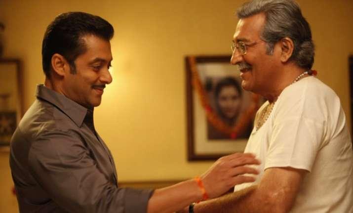 Salman Khan visits ailing Vinod Khanna at hospital