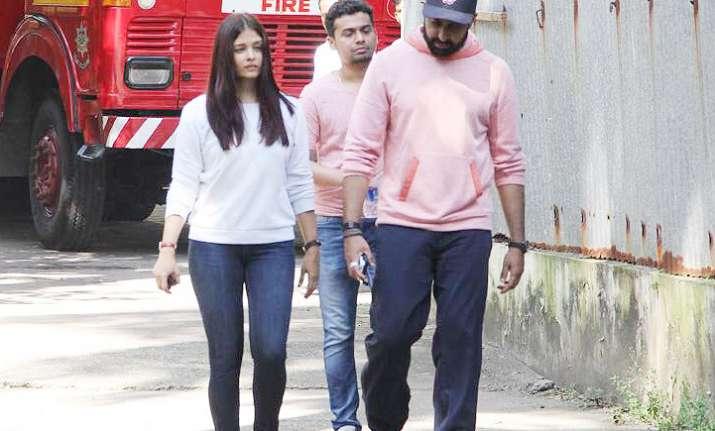 Aishwarya Rai Bachchan and Abhishek spotted at Bandra after