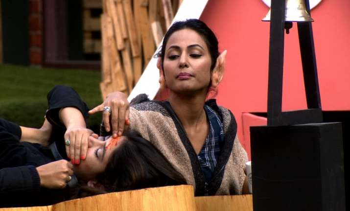 Bigg Boss 11 Bandgi cries for help as Hina Khan rubs chilli
