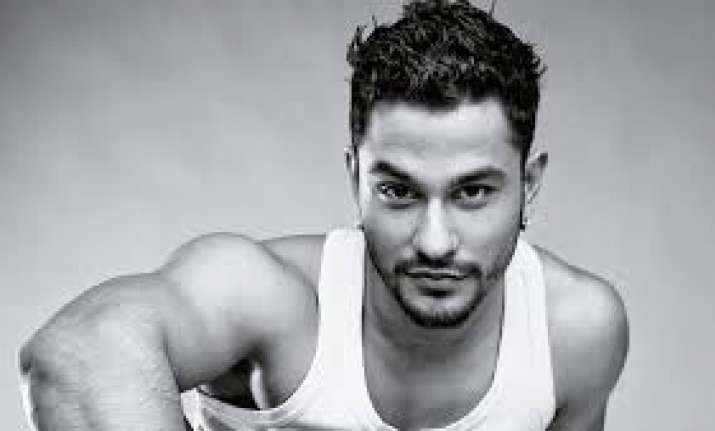 Kunal Kemmu fined for riding bike without helmet