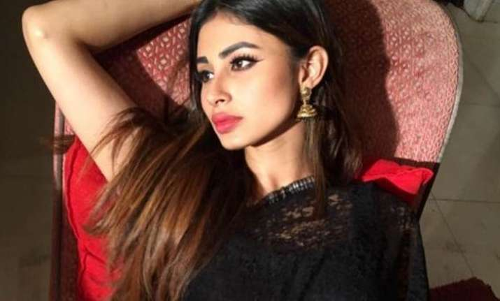 Watch: Mouni Roy flaunts her perfect abs