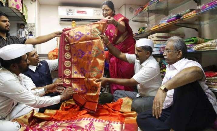 "Thedabbawalasbought ""pheta"" (turban) for the groom and"