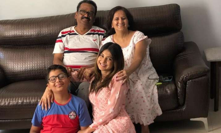 Jennifer Winget shares an adorable picture with her family