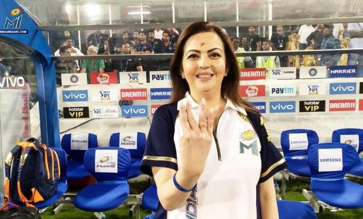 f1ed4185 Watch: Mumbai Indians owner Nita Ambani put IPL 2019 trophy at Lord ...