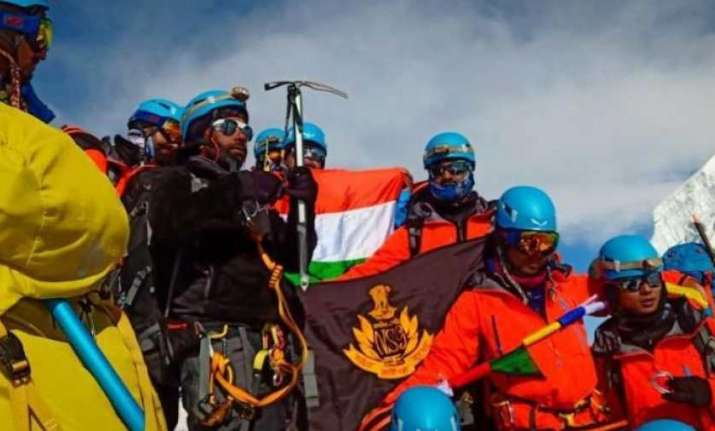 Seven NSG commandos scale Mount Everest