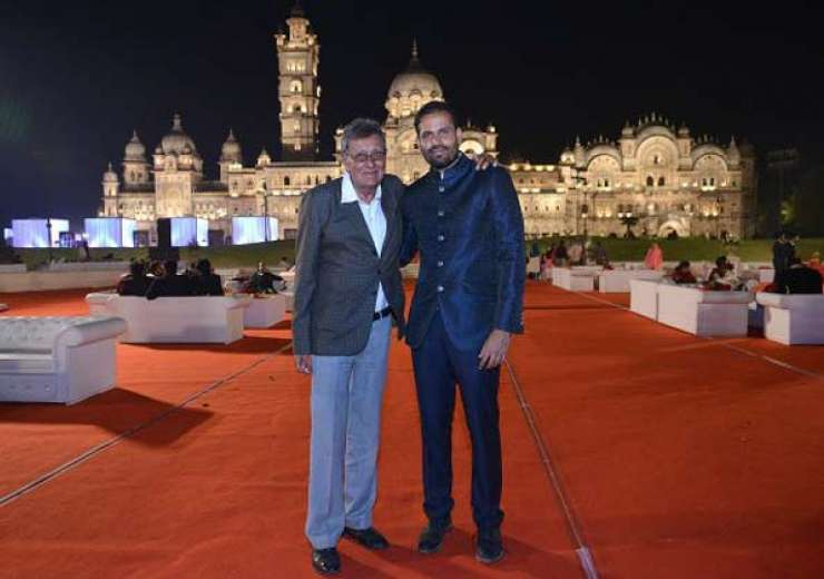Yusuf Pathan with veteran cricketer Salim Durani. - India Tv