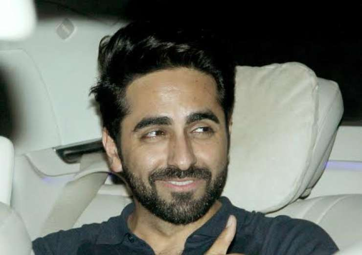 Ayushmann looked suave as he gave thumbs up to the paparazzi. - India Tv