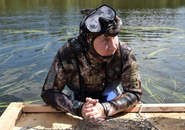 Putin swims during a mini-break in Siberian Tyva region - India Tv