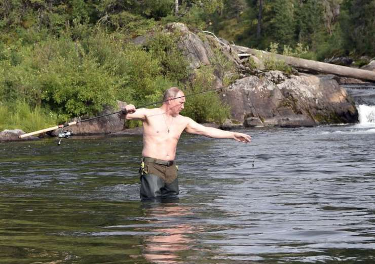 Putin fishes during a mini-break in Siberian Tyva region - India Tv