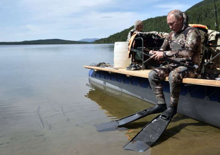 Putin prepares for a swim during a mini-break in Siberian Tyva region - India Tv