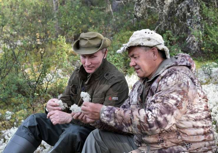 Putin and Sergei Shoigu rest during a mini-break in Siberian Tyva region - India Tv