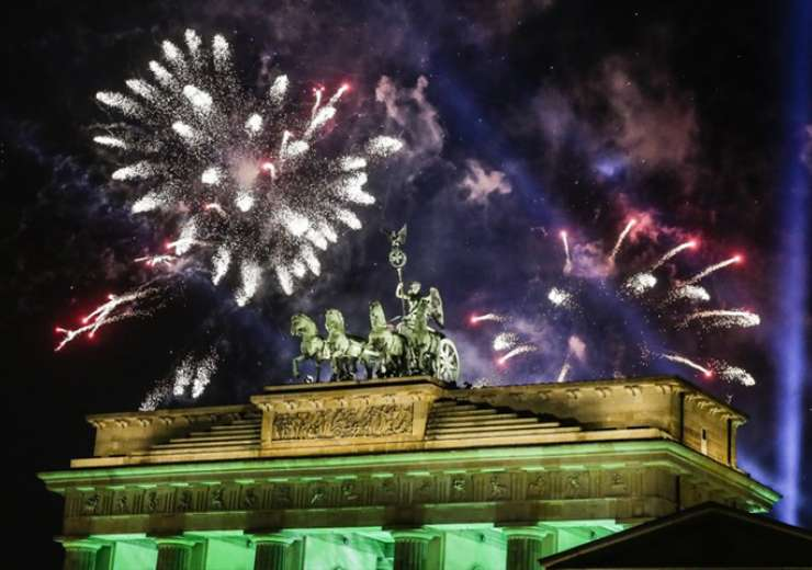 Fireworks light the sky above the Quadriga at the Brandenburg Gate during New Year's celebrations shortly after midnight in Berlin - India Tv