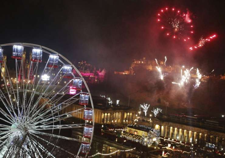 Fireworks light up the sky in Edinburgh in preparation for New Year celebrations - India Tv