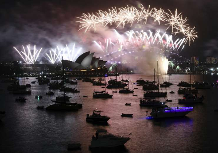 Fireworks explode over Sydney Harbour during New Year's Eve celebrations in Sydney - India Tv