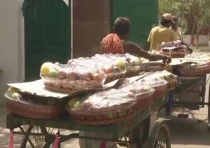 Fruit baskets being carried inside Rabri Devi's house for Tej Pratap's engagement. - India Tv